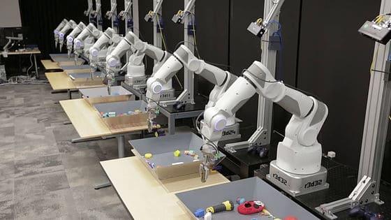 強化学習により最適化されるロボットアーム