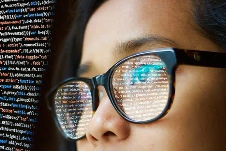 難易度の高いE試験の勉強をする女性