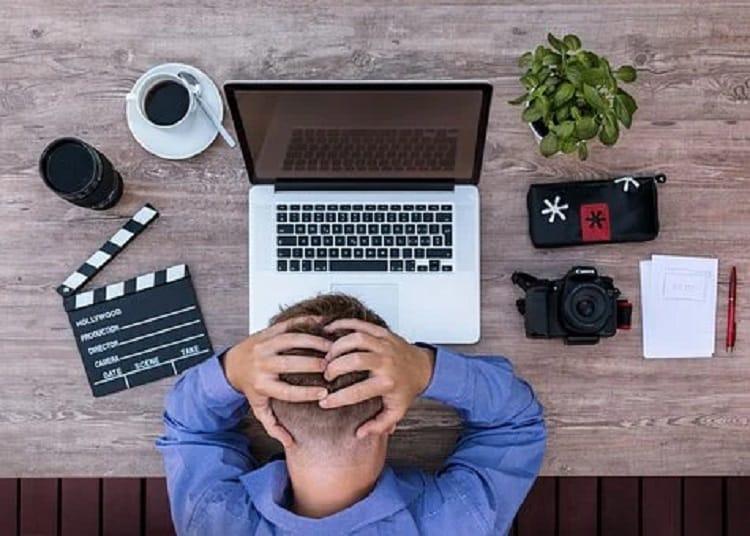 E資格の学習に頭を悩ます男性